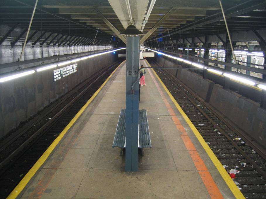 (75k, 909x682)<br><b>Country:</b> United States<br><b>City:</b> New York<br><b>System:</b> New York City Transit<br><b>Line:</b> IRT Dyre Ave. Line<br><b>Location:</b> Pelham Parkway <br><b>Photo by:</b> Robbie Rosenfeld<br><b>Date:</b> 9/2005<br><b>Viewed (this week/total):</b> 0 / 6720