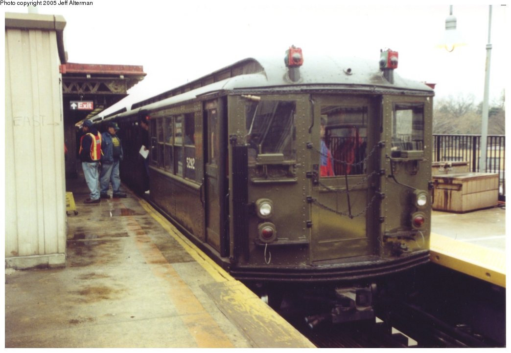 (101k, 1044x723)<br><b>Country:</b> United States<br><b>City:</b> New York<br><b>System:</b> New York City Transit<br><b>Line:</b> IRT Woodlawn Line<br><b>Location:</b> Woodlawn <br><b>Route:</b> Fan Trip<br><b>Car:</b> Low-V (Museum Train) 5292 <br><b>Photo by:</b> Jeff Alterman<br><b>Date:</b> 3/20/2005<br><b>Viewed (this week/total):</b> 1 / 2831