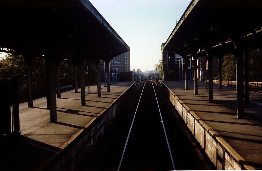 (55k, 858x560)<br><b>Country:</b> United States<br><b>City:</b> New York<br><b>System:</b> New York City Transit<br><b>Line:</b> BMT Nassau Street/Jamaica Line<br><b>Location:</b> Broadway/East New York (Broadway Junction) <br><b>Photo by:</b> Stuart Gitlow<br><b>Date:</b> 10/1977<br><b>Viewed (this week/total):</b> 3 / 1770
