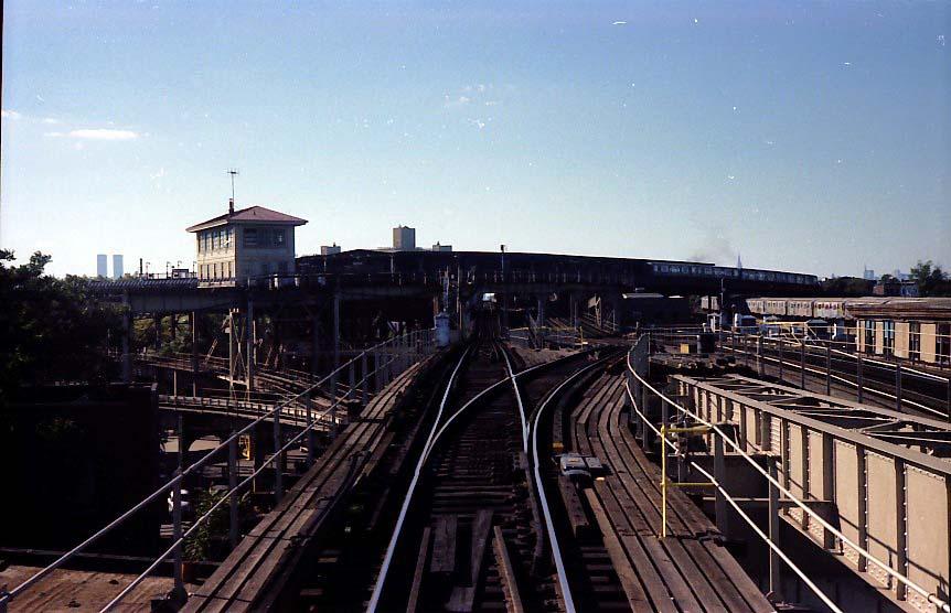 (84k, 862x556)<br><b>Country:</b> United States<br><b>City:</b> New York<br><b>System:</b> New York City Transit<br><b>Line:</b> BMT Nassau Street/Jamaica Line<br><b>Location:</b> Broadway/East New York (Broadway Junction) <br><b>Photo by:</b> Stuart Gitlow<br><b>Date:</b> 9/11/1977<br><b>Notes:</b> Broadway Junction - Alabama Avenue phantom flyover trackway on right.<br><b>Viewed (this week/total):</b> 1 / 2576