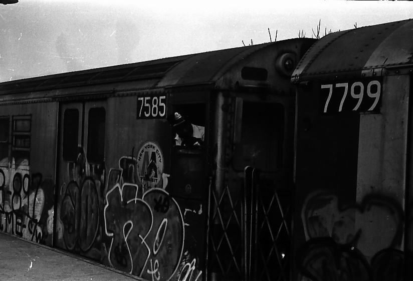 (88k, 824x562)<br><b>Country:</b> United States<br><b>City:</b> New York<br><b>System:</b> New York City Transit<br><b>Line:</b> IRT Dyre Ave. Line<br><b>Location:</b> Dyre Avenue <br><b>Route:</b> 5<br><b>Car:</b> R-22 (St. Louis, 1957-58) 7585 <br><b>Photo by:</b> Stuart Gitlow<br><b>Date:</b> 10/1977<br><b>Notes:</b> With R26 7799.<br><b>Viewed (this week/total):</b> 0 / 3896