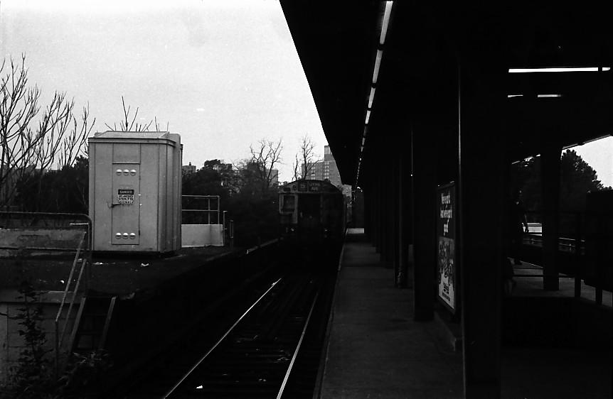 (75k, 862x562)<br><b>Country:</b> United States<br><b>City:</b> New York<br><b>System:</b> New York City Transit<br><b>Line:</b> IRT Dyre Ave. Line<br><b>Location:</b> Dyre Avenue <br><b>Photo by:</b> Stuart Gitlow<br><b>Date:</b> 10/1977<br><b>Viewed (this week/total):</b> 0 / 1849