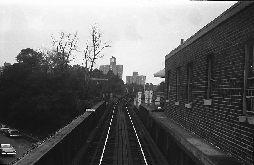 (112k, 862x562)<br><b>Country:</b> United States<br><b>City:</b> New York<br><b>System:</b> New York City Transit<br><b>Line:</b> IRT Dyre Ave. Line<br><b>Location:</b> Dyre Avenue <br><b>Photo by:</b> Stuart Gitlow<br><b>Date:</b> 10/1977<br><b>Viewed (this week/total):</b> 2 / 2418