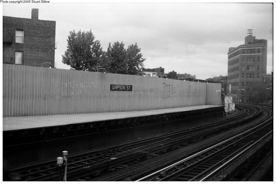 (103k, 1044x697)<br><b>Country:</b> United States<br><b>City:</b> New York<br><b>System:</b> New York City Transit<br><b>Line:</b> IRT White Plains Road Line<br><b>Location:</b> Simpson Street <br><b>Photo by:</b> Stuart Gitlow<br><b>Date:</b> 10/18/1977<br><b>Viewed (this week/total):</b> 0 / 1854