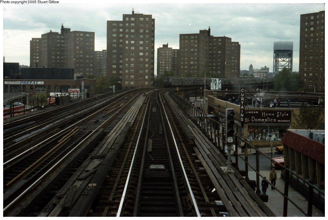 (138k, 1044x700)<br><b>Country:</b> United States<br><b>City:</b> New York<br><b>System:</b> New York City Transit<br><b>Line:</b> IRT West Side Line<br><b>Location:</b> 231st Street <br><b>Photo by:</b> Stuart Gitlow<br><b>Date:</b> 10/18/1977<br><b>Viewed (this week/total):</b> 1 / 3439