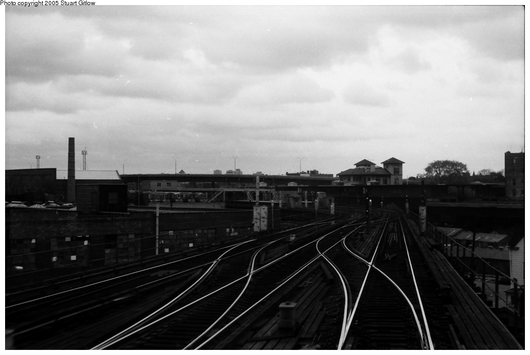 (89k, 1044x701)<br><b>Country:</b> United States<br><b>City:</b> New York<br><b>System:</b> New York City Transit<br><b>Line:</b> IRT White Plains Road Line<br><b>Location:</b> East 180th Street <br><b>Photo by:</b> Stuart Gitlow<br><b>Date:</b> 10/18/1977<br><b>Viewed (this week/total):</b> 6 / 1628