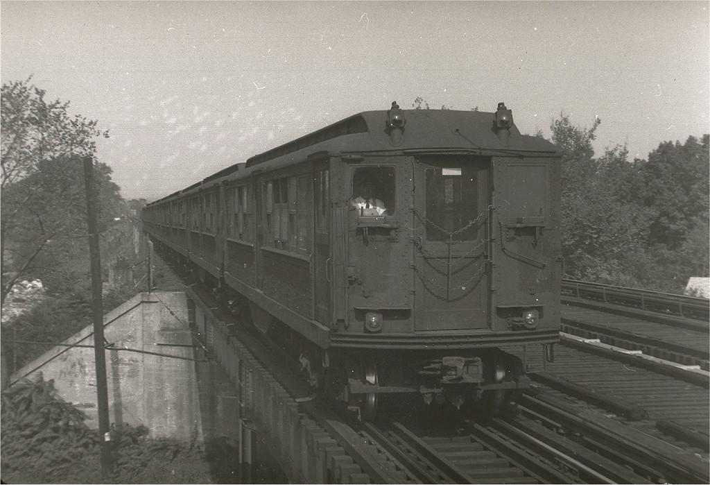 (187k, 1024x699)<br><b>Country:</b> United States<br><b>City:</b> New York<br><b>System:</b> New York City Transit<br><b>Line:</b> IRT Dyre Ave. Line<br><b>Location:</b> Baychester Avenue <br><b>Car:</b> Low-V  <br><b>Photo by:</b> Harry Pinsker<br><b>Date:</b> 9/23/1960<br><b>Viewed (this week/total):</b> 6 / 2882