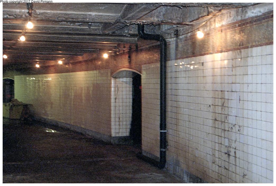 (575k, 1044x703)<br><b>Country:</b> United States<br><b>City:</b> New York<br><b>System:</b> New York City Transit<br><b>Line:</b> IRT West Side Line<br><b>Location:</b> South Ferry (Inner Loop Station) <br><b>Photo by:</b> David Pirmann<br><b>Date:</b> 2/2/1997<br><b>Notes:</b> View of inner loop platform.<br><b>Viewed (this week/total):</b> 3 / 10451