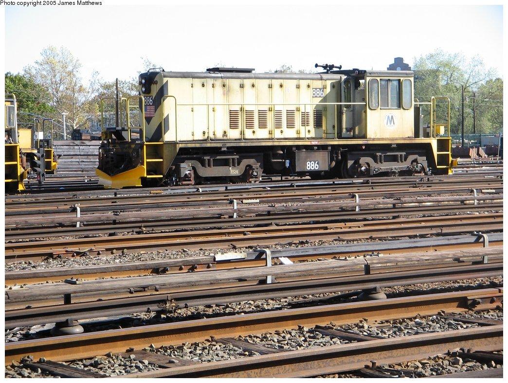 (238k, 1044x788)<br><b>Country:</b> United States<br><b>City:</b> New York<br><b>System:</b> New York City Transit<br><b>Location:</b> Westchester Yard<br><b>Car:</b> R-77 Locomotive  886 <br><b>Photo by:</b> James Matthews<br><b>Date:</b> 11/2/2005<br><b>Viewed (this week/total):</b> 0 / 2268