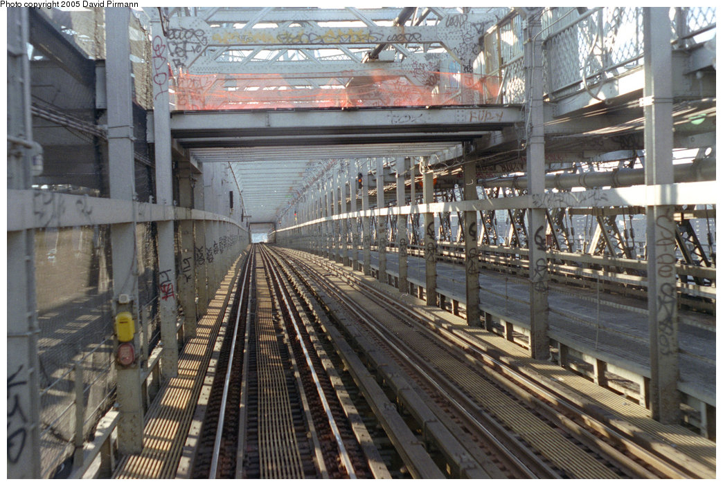 (248k, 1044x703)<br><b>Country:</b> United States<br><b>City:</b> New York<br><b>System:</b> New York City Transit<br><b>Line:</b> BMT Nassau Street/Jamaica Line<br><b>Location:</b> Williamsburg Bridge<br><b>Photo by:</b> David Pirmann<br><b>Date:</b> 9/24/1995<br><b>Viewed (this week/total):</b> 0 / 1558