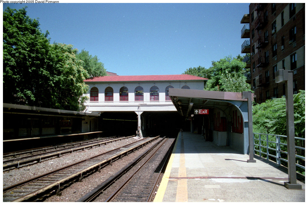 (234k, 1044x694)<br><b>Country:</b> United States<br><b>City:</b> New York<br><b>System:</b> New York City Transit<br><b>Line:</b> IRT Dyre Ave. Line<br><b>Location:</b> Morris Park <br><b>Photo by:</b> David Pirmann<br><b>Date:</b> 8/1/1998<br><b>Viewed (this week/total):</b> 0 / 2216