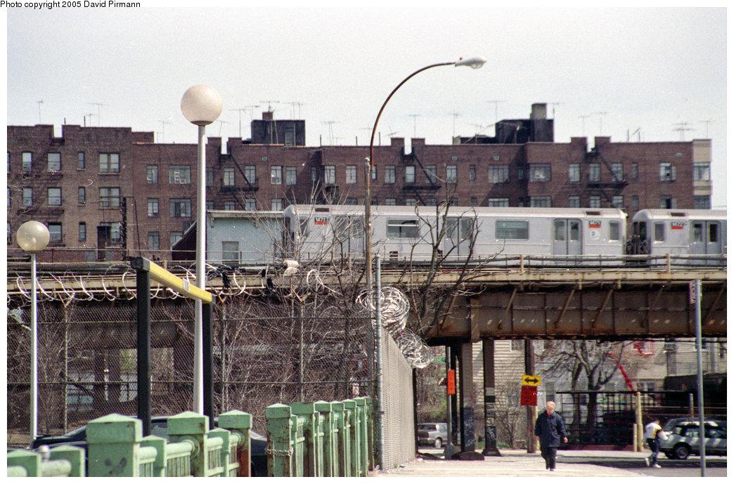 (245k, 1044x689)<br><b>Country:</b> United States<br><b>City:</b> New York<br><b>System:</b> New York City Transit<br><b>Line:</b> IRT Woodlawn Line<br><b>Location:</b> Bedford Park Boulevard <br><b>Route:</b> 4<br><b>Car:</b> R-62 (Kawasaki, 1983-1985)  1471 <br><b>Photo by:</b> David Pirmann<br><b>Date:</b> 4/10/1998<br><b>Viewed (this week/total):</b> 6 / 4144
