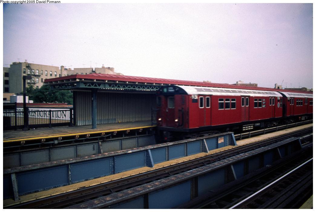 (156k, 1044x699)<br><b>Country:</b> United States<br><b>City:</b> New York<br><b>System:</b> New York City Transit<br><b>Line:</b> IRT Pelham Line<br><b>Location:</b> Whitlock Avenue <br><b>Route:</b> 6<br><b>Car:</b> R-33 Main Line (St. Louis, 1962-63) 9136 <br><b>Photo by:</b> David Pirmann<br><b>Date:</b> 7/21/1999<br><b>Viewed (this week/total):</b> 0 / 2418