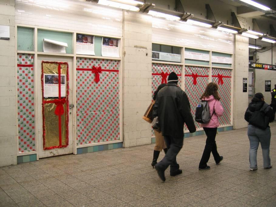 (101k, 909x682)<br><b>Country:</b> United States<br><b>City:</b> New York<br><b>System:</b> New York City Transit<br><b>Line:</b> IRT Times Square-Grand Central Shuttle<br><b>Location:</b> Times Square <br><b>Photo by:</b> Robbie Rosenfeld<br><b>Date:</b> 11/30/2005<br><b>Notes:</b> Christmas decorations at Times Square.<br><b>Viewed (this week/total):</b> 0 / 3394