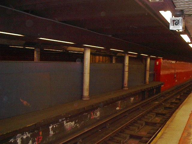 (87k, 640x480)<br><b>Country:</b> United States<br><b>City:</b> New York<br><b>System:</b> New York City Transit<br><b>Line:</b> IRT East Side Line<br><b>Location:</b> Bowling Green <br><b>Photo by:</b> Bruce Fedow<br><b>Date:</b> 11/17/2005<br><b>Notes:</b> Disused shuttle platform at Bowling Green.<br><b>Viewed (this week/total):</b> 0 / 3560