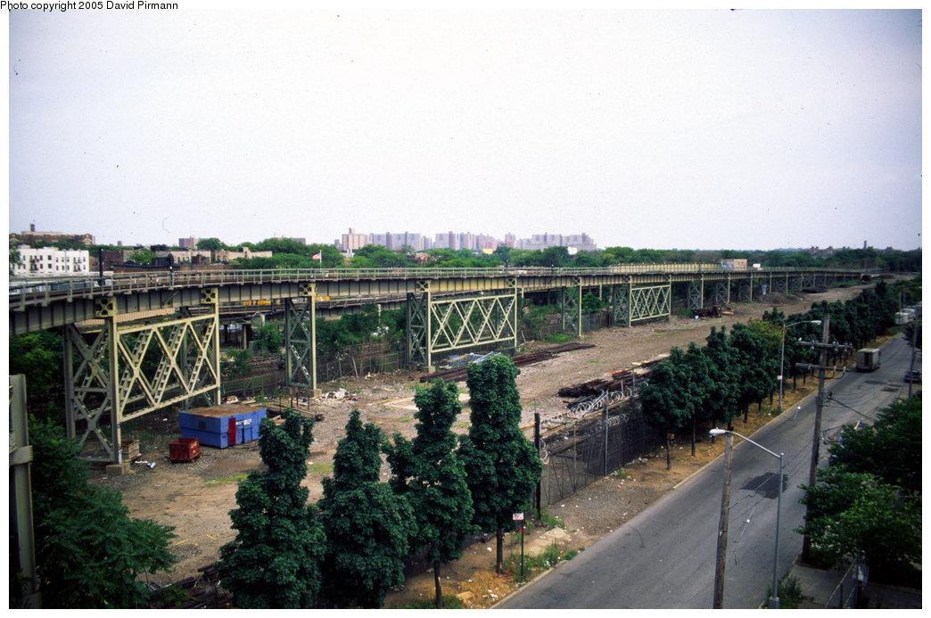 (199k, 1044x693)<br><b>Country:</b> United States<br><b>City:</b> New York<br><b>System:</b> New York City Transit<br><b>Line:</b> IRT Brooklyn Line<br><b>Location:</b> Junius Street <br><b>Photo by:</b> David Pirmann<br><b>Date:</b> 7/21/1999<br><b>Notes:</b> View of Linden Yard connection to New Lots IRT line at Junius Street station.<br><b>Viewed (this week/total):</b> 0 / 3811