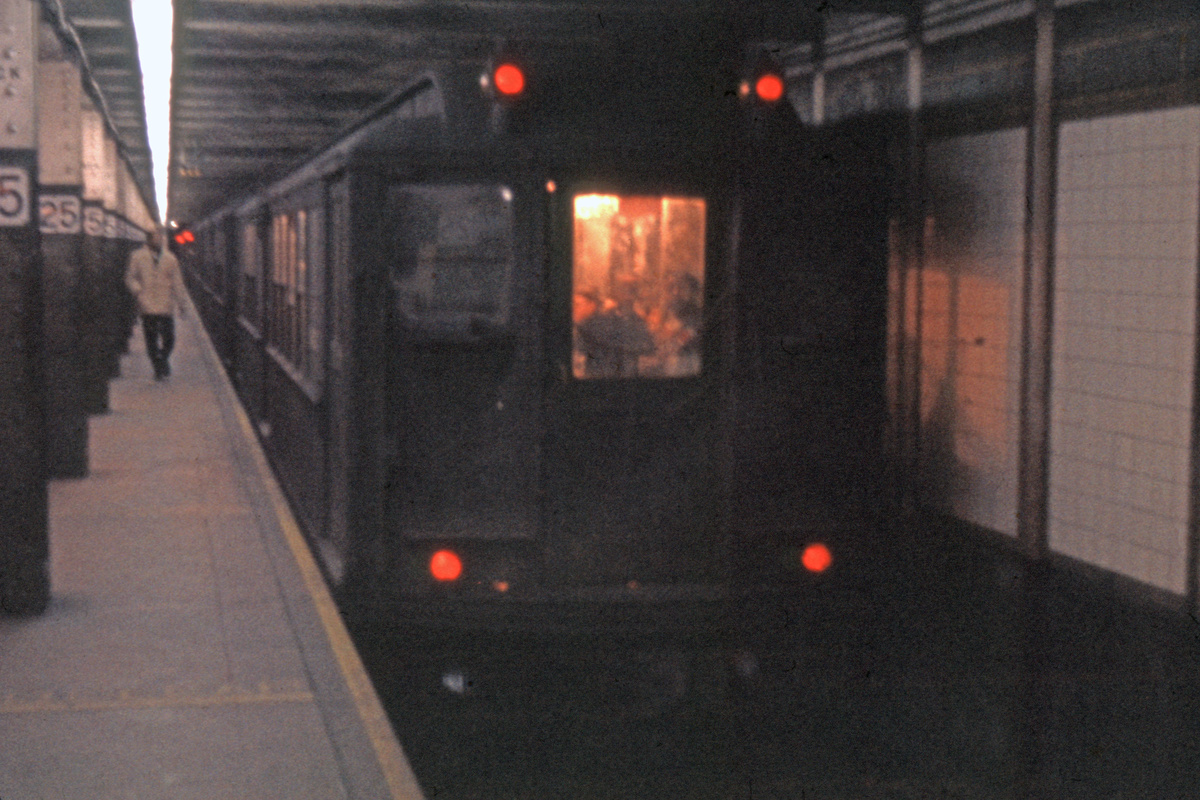(232k, 1024x682)<br><b>Country:</b> United States<br><b>City:</b> New York<br><b>System:</b> New York City Transit<br><b>Line:</b> IRT East Side Line<br><b>Location:</b> 125th Street <br><b>Car:</b> Low-V  <br><b>Photo by:</b> Ed Davis, Sr.<br><b>Collection of:</b> David Pirmann<br><b>Viewed (this week/total):</b> 0 / 4366