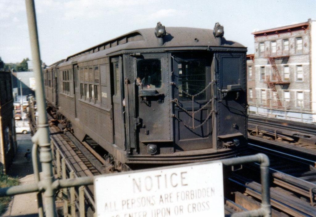 (152k, 1024x702)<br><b>Country:</b> United States<br><b>City:</b> New York<br><b>System:</b> New York City Transit<br><b>Line:</b> 3rd Avenue El<br><b>Location:</b> 204th Street <br><b>Car:</b> Low-V 5633 <br><b>Photo by:</b> Herbert P. Maruska<br><b>Date:</b> 9/1964<br><b>Viewed (this week/total):</b> 1 / 2512