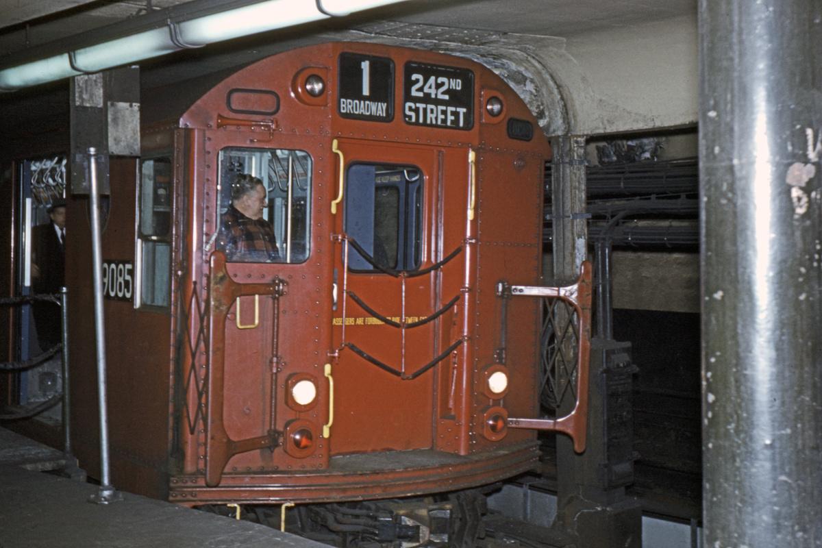 (366k, 1044x715)<br><b>Country:</b> United States<br><b>City:</b> New York<br><b>System:</b> New York City Transit<br><b>Line:</b> IRT West Side Line<br><b>Location:</b> South Ferry (Outer Loop Station) <br><b>Route:</b> 1<br><b>Car:</b> R-33 Main Line (St. Louis, 1962-63) 9085 <br><b>Collection of:</b> David Pirmann<br><b>Viewed (this week/total):</b> 2 / 3532