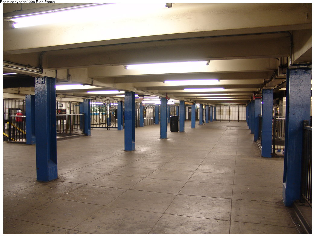 (167k, 1044x788)<br><b>Country:</b> United States<br><b>City:</b> New York<br><b>System:</b> New York City Transit<br><b>Line:</b> IND Queens Boulevard Line<br><b>Location:</b> Union Turnpike/Kew Gardens <br><b>Photo by:</b> Richard Panse<br><b>Date:</b> 12/30/2005<br><b>Viewed (this week/total):</b> 1 / 2015