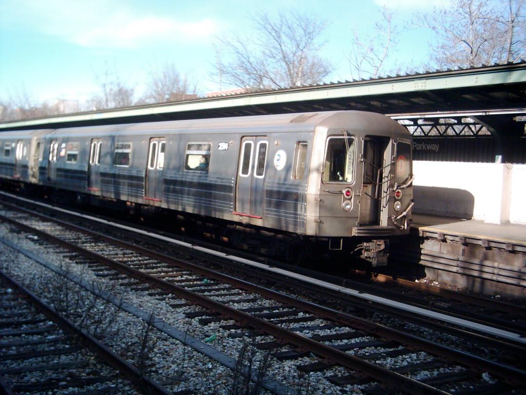 (251k, 1024x768)<br><b>Country:</b> United States<br><b>City:</b> New York<br><b>System:</b> New York City Transit<br><b>Line:</b> BMT Sea Beach Line<br><b>Location:</b> Fort Hamilton Parkway <br><b>Route:</b> D<br><b>Car:</b> R-68 (Westinghouse-Amrail, 1986-1988)  2514 <br><b>Photo by:</b> Michael Hodurski<br><b>Date:</b> 1/7/2006<br><b>Notes:</b> Note D train rerouted over the Sea Beach line.<br><b>Viewed (this week/total):</b> 0 / 3609