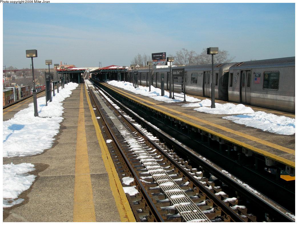 (255k, 1044x788)<br><b>Country:</b> United States<br><b>City:</b> New York<br><b>System:</b> New York City Transit<br><b>Line:</b> BMT Astoria Line<br><b>Location:</b> Astoria Boulevard/Hoyt Avenue <br><b>Route:</b> N<br><b>Car:</b> R-68A (Kawasaki, 1988-1989)  5107 <br><b>Photo by:</b> Mike Jiran<br><b>Date:</b> 2/14/2006<br><b>Viewed (this week/total):</b> 3 / 4258