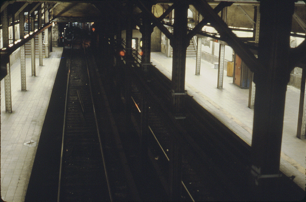 (241k, 1024x678)<br><b>Country:</b> United States<br><b>City:</b> New York<br><b>System:</b> New York City Transit<br><b>Line:</b> IRT Brooklyn Line<br><b>Location:</b> Borough Hall (East Side Branch) <br><b>Photo by:</b> Stephen DeLuca<br><b>Date:</b> 3/1986<br><b>Notes:</b> View from overpass looking north at a train of R62s heading into Manhattan.<br><b>Viewed (this week/total):</b> 1 / 2414