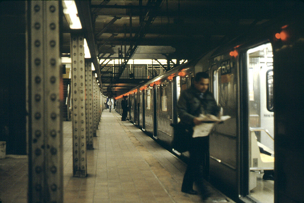 (215k, 1024x685)<br><b>Country:</b> United States<br><b>City:</b> New York<br><b>System:</b> New York City Transit<br><b>Line:</b> IRT Brooklyn Line<br><b>Location:</b> Borough Hall (East Side Branch) <br><b>Car:</b> R-62 (Kawasaki, 1983-1985)  1504 <br><b>Photo by:</b> Stephen DeLuca<br><b>Date:</b> 4/1986<br><b>Notes:</b> Car 1504 on the northbound track.<br><b>Viewed (this week/total):</b> 3 / 4947
