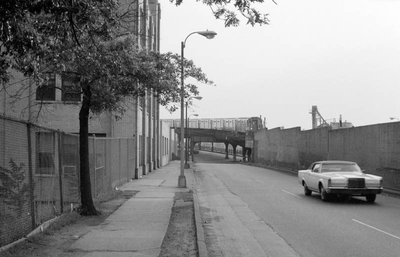 (61k, 800x515)<br><b>Country:</b> United States<br><b>City:</b> New York<br><b>System:</b> New York City Transit<br><b>Line:</b> IRT Flushing Line<br><b>Location:</b> Main Street/Flushing <br><b>Route:</b> 7<br><b>Car:</b> R-36 World's Fair (St. Louis, 1963-64)  <br><b>Photo by:</b> D. Reinecke<br><b>Notes:</b> Train entering tunnel west of Main St.<br><b>Viewed (this week/total):</b> 1 / 7319