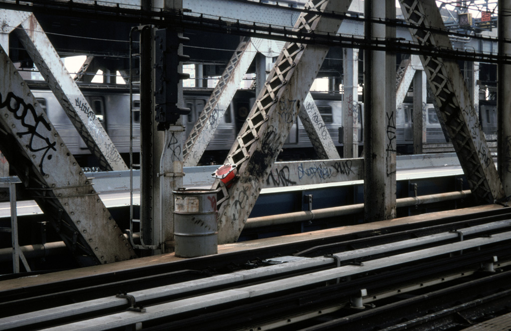 (248k, 1024x663)<br><b>Country:</b> United States<br><b>City:</b> New York<br><b>System:</b> New York City Transit<br><b>Location:</b> Manhattan Bridge<br><b>Photo by:</b> Chris Leverett<br><b>Date:</b> 7/27/1997<br><b>Notes:</b> View from south side walkway, Manhattan side. Trains on north side.<br><b>Viewed (this week/total):</b> 0 / 3273