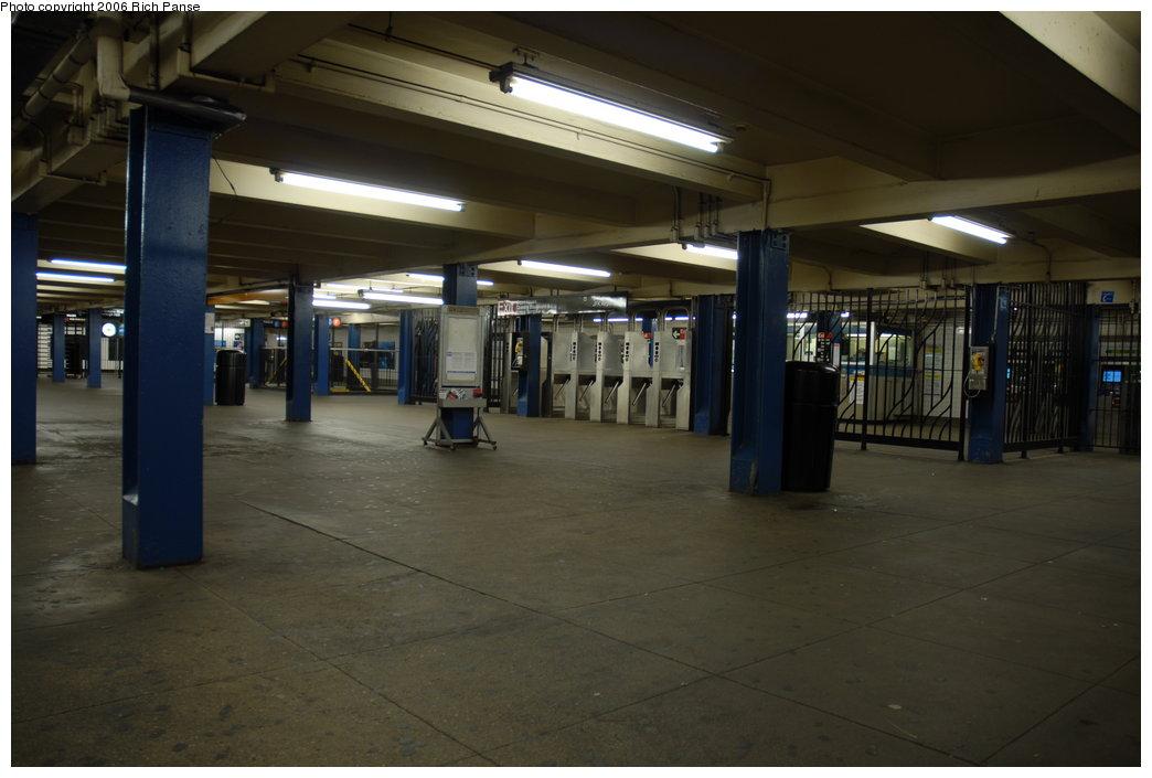 (148k, 1044x705)<br><b>Country:</b> United States<br><b>City:</b> New York<br><b>System:</b> New York City Transit<br><b>Line:</b> IND Queens Boulevard Line<br><b>Location:</b> Union Turnpike/Kew Gardens <br><b>Photo by:</b> Richard Panse<br><b>Date:</b> 5/21/2006<br><b>Notes:</b> Mezzanine.<br><b>Viewed (this week/total):</b> 0 / 2375