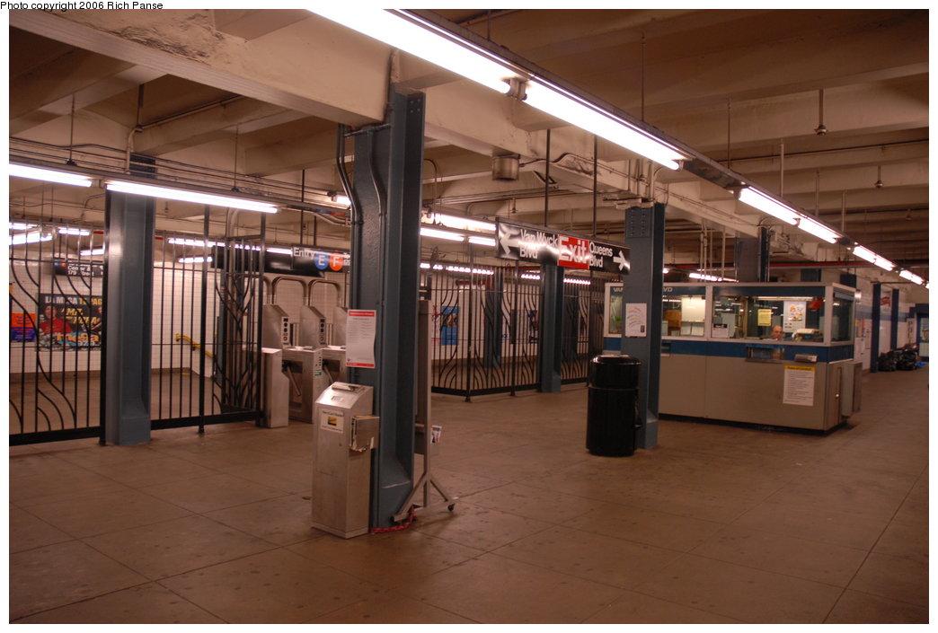 (171k, 1044x705)<br><b>Country:</b> United States<br><b>City:</b> New York<br><b>System:</b> New York City Transit<br><b>Line:</b> IND Queens Boulevard Line<br><b>Location:</b> Briarwood/Van Wyck Boulevard <br><b>Photo by:</b> Richard Panse<br><b>Date:</b> 5/25/2006<br><b>Notes:</b> Mezzanine.<br><b>Viewed (this week/total):</b> 0 / 3489