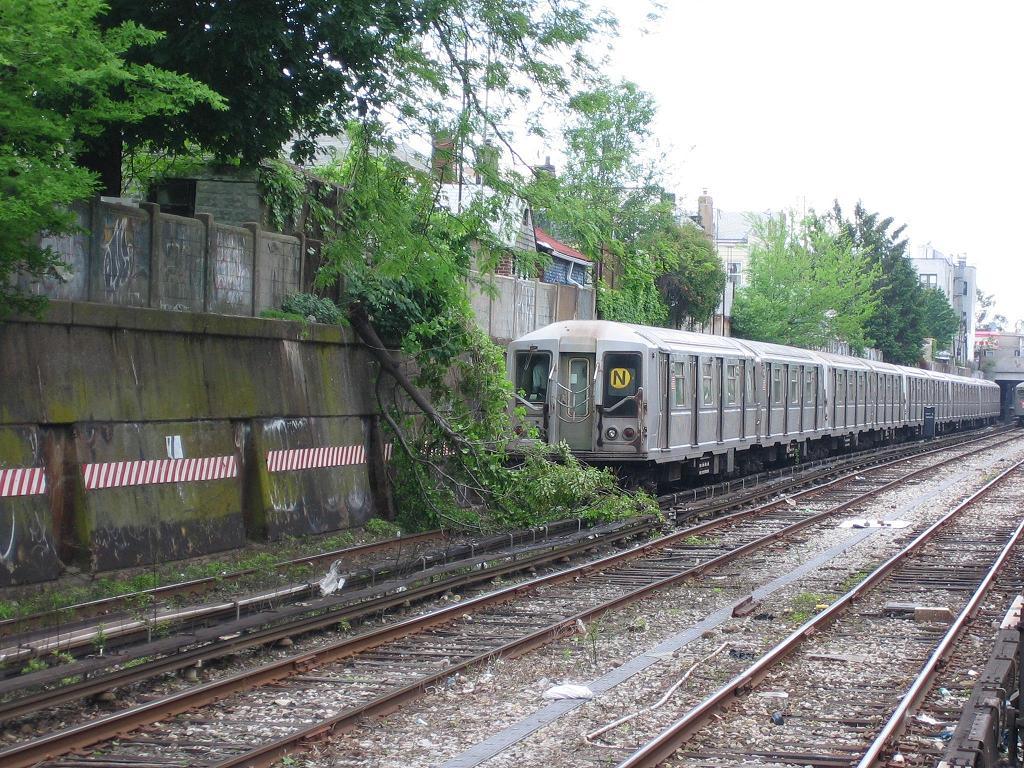 (212k, 1024x768)<br><b>Country:</b> United States<br><b>City:</b> New York<br><b>System:</b> New York City Transit<br><b>Line:</b> BMT Sea Beach Line<br><b>Location:</b> 86th Street <br><b>Route:</b> N<br><b>Car:</b> R-40 (St. Louis, 1968)  4172 <br><b>Photo by:</b> Michael Hodurski<br><b>Date:</b> 5/20/2006<br><b>Viewed (this week/total):</b> 1 / 3825