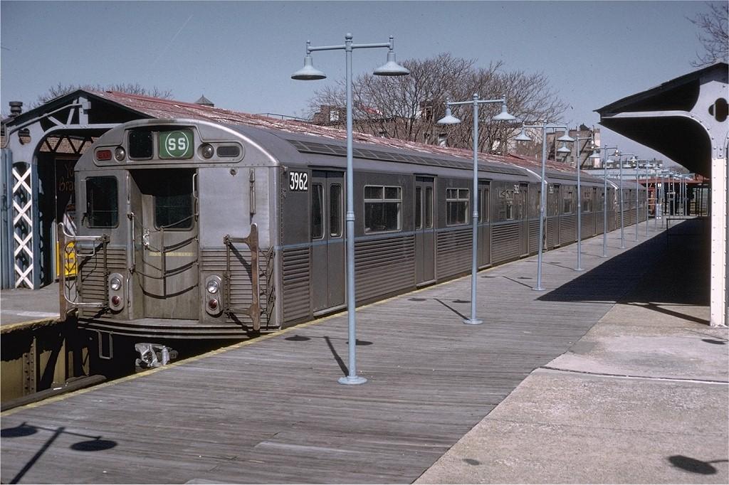 (220k, 1024x682)<br><b>Country:</b> United States<br><b>City:</b> New York<br><b>System:</b> New York City Transit<br><b>Line:</b> BMT Franklin<br><b>Location:</b> Franklin Avenue <br><b>Route:</b> Franklin Shuttle<br><b>Car:</b> R-38 (St. Louis, 1966-1967)  3962 <br><b>Photo by:</b> Joe Testagrose<br><b>Date:</b> 3/24/1973<br><b>Viewed (this week/total):</b> 0 / 4405