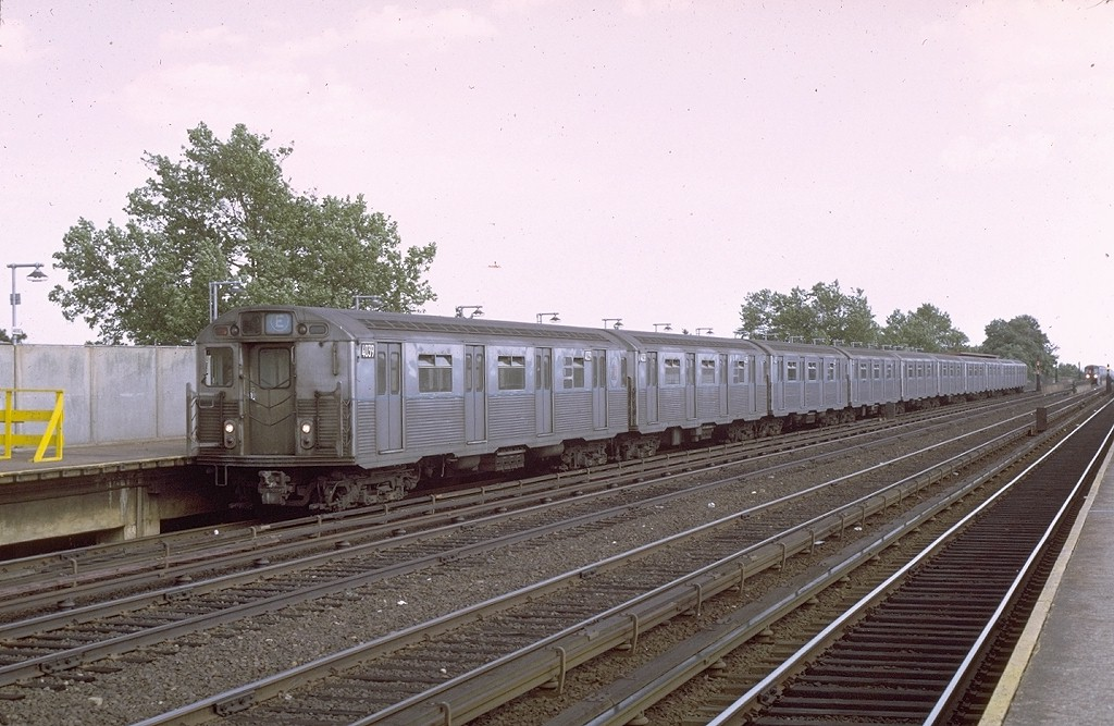 (200k, 1024x667)<br><b>Country:</b> United States<br><b>City:</b> New York<br><b>System:</b> New York City Transit<br><b>Line:</b> IND Rockaway<br><b>Location:</b> Aqueduct/North Conduit Avenue <br><b>Route:</b> E<br><b>Car:</b> R-38 (St. Louis, 1966-1967)  4039 <br><b>Photo by:</b> Joe Testagrose<br><b>Viewed (this week/total):</b> 1 / 4088