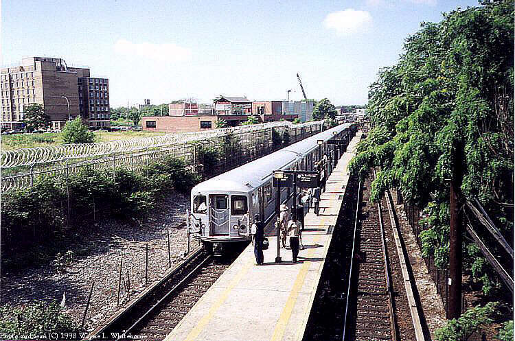 (110k, 750x497)<br><b>Country:</b> United States<br><b>City:</b> New York<br><b>System:</b> New York City Transit<br><b>Line:</b> BMT Canarsie Line<br><b>Location:</b> East 105th Street <br><b>Route:</b> L<br><b>Car:</b> R-40M (St. Louis, 1969)  4419 (ex-4519)<br><b>Photo by:</b> Wayne Whitehorne<br><b>Date:</b> 1998<br><b>Viewed (this week/total):</b> 0 / 7118