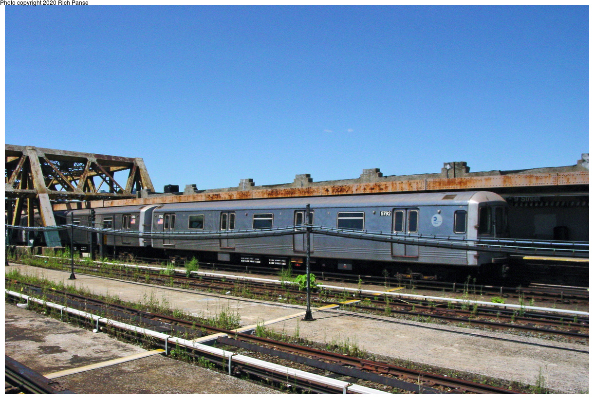 (71k, 820x620)<br><b>Country:</b> United States<br><b>City:</b> New York<br><b>System:</b> New York City Transit<br><b>Line:</b> IND Crosstown Line<br><b>Location:</b> Smith/9th Street <br><b>Car:</b> R-46 (Pullman-Standard, 1974-75) 5792 <br><b>Photo by:</b> Richard Panse<br><b>Date:</b> 7/11/2002<br><b>Viewed (this week/total):</b> 0 / 3945