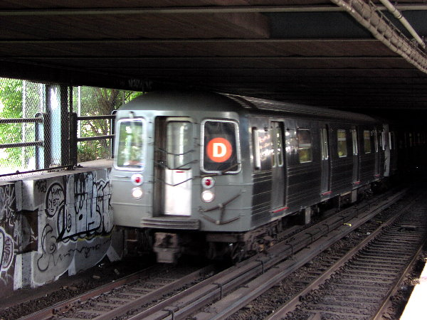 (83k, 600x450)<br><b>Country:</b> United States<br><b>City:</b> New York<br><b>System:</b> New York City Transit<br><b>Location:</b> Manhattan Bridge<br><b>Route:</b> D<br><b>Car:</b> R-68 (Westinghouse-Amrail, 1986-1988)  256x <br><b>Photo by:</b> Trevor Logan<br><b>Date:</b> 7/15/2001<br><b>Viewed (this week/total):</b> 1 / 10404