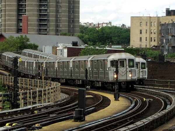 (88k, 600x450)<br><b>Country:</b> United States<br><b>City:</b> New York<br><b>System:</b> New York City Transit<br><b>Line:</b> IRT Woodlawn Line<br><b>Location:</b> Bedford Park Boulevard <br><b>Route:</b> 4<br><b>Car:</b> R-62 (Kawasaki, 1983-1985)  1410 <br><b>Photo by:</b> Trevor Logan<br><b>Date:</b> 7/15/2001<br><b>Viewed (this week/total):</b> 0 / 5635
