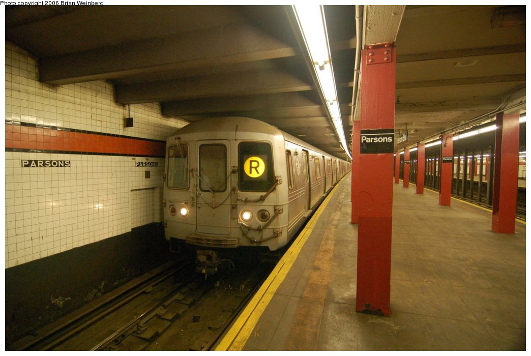 (193k, 1044x700)<br><b>Country:</b> United States<br><b>City:</b> New York<br><b>System:</b> New York City Transit<br><b>Line:</b> IND Queens Boulevard Line<br><b>Location:</b> Parsons Boulevard <br><b>Route:</b> R<br><b>Car:</b> R-46 (Pullman-Standard, 1974-75) 5852 <br><b>Photo by:</b> Brian Weinberg<br><b>Date:</b> 7/16/2006<br><b>Viewed (this week/total):</b> 3 / 4545