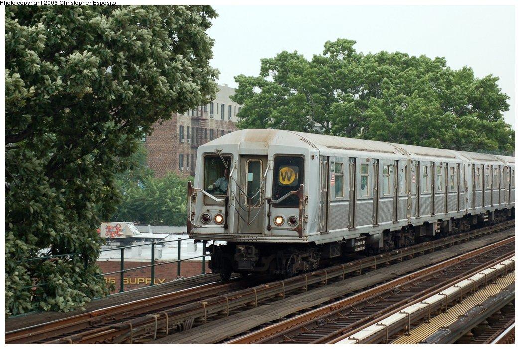 (201k, 1044x701)<br><b>Country:</b> United States<br><b>City:</b> New York<br><b>System:</b> New York City Transit<br><b>Line:</b> BMT Astoria Line<br><b>Location:</b> 30th/Grand Aves. <br><b>Route:</b> W<br><b>Car:</b> R-40 (St. Louis, 1968)   <br><b>Photo by:</b> Christopher Esposito<br><b>Date:</b> 7/27/2006<br><b>Viewed (this week/total):</b> 1 / 2409