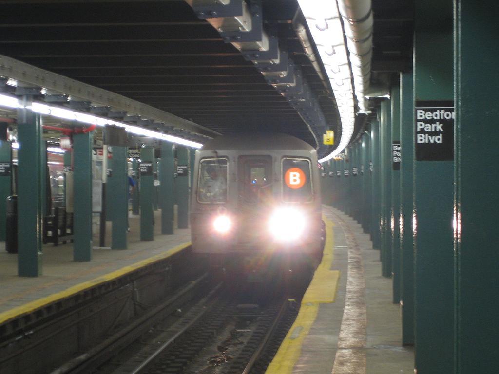 (86k, 1024x768)<br><b>Country:</b> United States<br><b>City:</b> New York<br><b>System:</b> New York City Transit<br><b>Line:</b> IND Concourse Line<br><b>Location:</b> Bedford Park Boulevard <br><b>Route:</b> B<br><b>Car:</b> R-68 (Westinghouse-Amrail, 1986-1988)  2808 <br><b>Photo by:</b> Michael Hodurski<br><b>Date:</b> 8/10/2006<br><b>Viewed (this week/total):</b> 0 / 3724