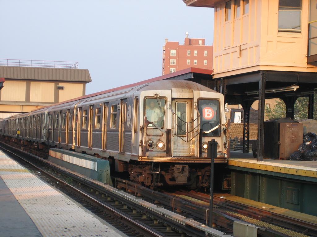 (123k, 1024x768)<br><b>Country:</b> United States<br><b>City:</b> New York<br><b>System:</b> New York City Transit<br><b>Line:</b> BMT Brighton Line<br><b>Location:</b> Brighton Beach <br><b>Route:</b> B<br><b>Car:</b> R-40 (St. Louis, 1968)  4321 <br><b>Photo by:</b> Michael Hodurski<br><b>Date:</b> 8/2/2006<br><b>Viewed (this week/total):</b> 1 / 2197