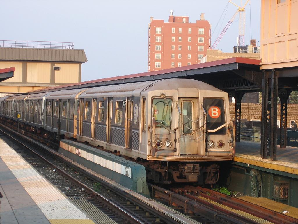 (135k, 1024x768)<br><b>Country:</b> United States<br><b>City:</b> New York<br><b>System:</b> New York City Transit<br><b>Line:</b> BMT Brighton Line<br><b>Location:</b> Brighton Beach <br><b>Route:</b> B<br><b>Car:</b> R-40 (St. Louis, 1968)  4435 <br><b>Photo by:</b> Michael Hodurski<br><b>Date:</b> 8/2/2006<br><b>Viewed (this week/total):</b> 0 / 2392