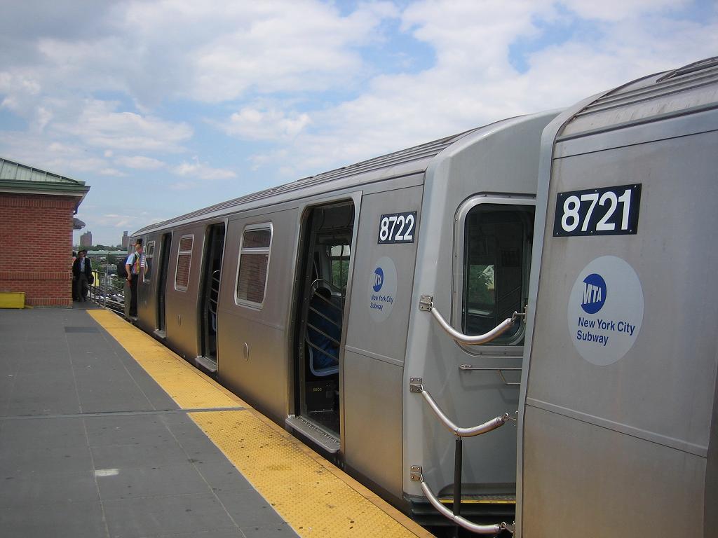 (91k, 1024x768)<br><b>Country:</b> United States<br><b>City:</b> New York<br><b>System:</b> New York City Transit<br><b>Location:</b> Coney Island/Stillwell Avenue<br><b>Route:</b> N<br><b>Car:</b> R-160B (Kawasaki, 2005-2008)  8722 <br><b>Photo by:</b> Michael Hodurski<br><b>Date:</b> 8/17/2006<br><b>Viewed (this week/total):</b> 1 / 3035