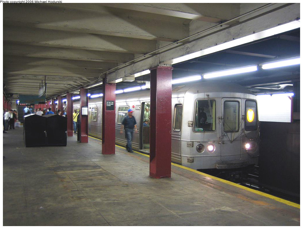(183k, 1044x788)<br><b>Country:</b> United States<br><b>City:</b> New York<br><b>System:</b> New York City Transit<br><b>Line:</b> IND 6th Avenue Line<br><b>Location:</b> 47-50th Street/Rockefeller Center <br><b>Route:</b> V<br><b>Car:</b> R-46 (Pullman-Standard, 1974-75) 5562 <br><b>Photo by:</b> Michael Hodurski<br><b>Date:</b> 8/18/2006<br><b>Viewed (this week/total):</b> 0 / 3850