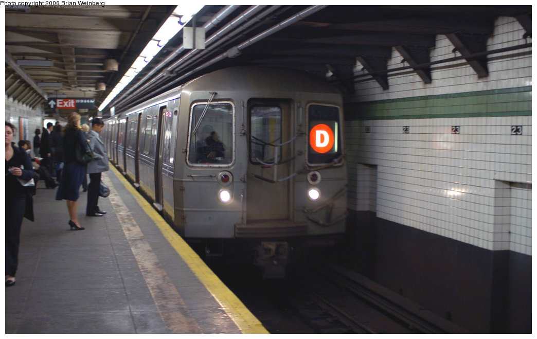 (142k, 1044x659)<br><b>Country:</b> United States<br><b>City:</b> New York<br><b>System:</b> New York City Transit<br><b>Line:</b> IND 6th Avenue Line<br><b>Location:</b> 23rd Street <br><b>Route:</b> D<br><b>Car:</b> R-68 (Westinghouse-Amrail, 1986-1988)  2750 <br><b>Photo by:</b> Brian Weinberg<br><b>Date:</b> 11/9/2006<br><b>Notes:</b> Express train on local track was in-service but did not stop.<br><b>Viewed (this week/total):</b> 4 / 4562