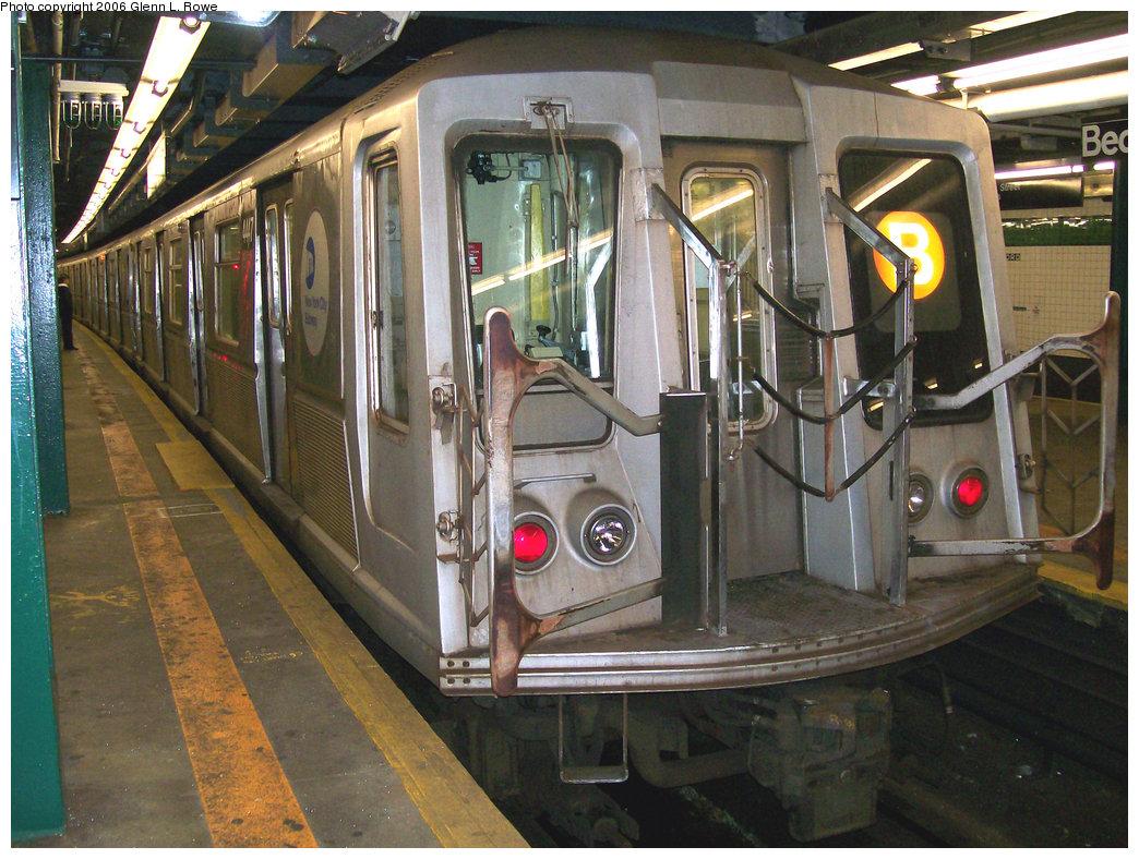 (291k, 1044x788)<br><b>Country:</b> United States<br><b>City:</b> New York<br><b>System:</b> New York City Transit<br><b>Line:</b> IND Concourse Line<br><b>Location:</b> Bedford Park Boulevard <br><b>Route:</b> B<br><b>Car:</b> R-40 (St. Louis, 1968)  4447 <br><b>Photo by:</b> Glenn L. Rowe<br><b>Date:</b> 11/29/2006<br><b>Viewed (this week/total):</b> 1 / 2581