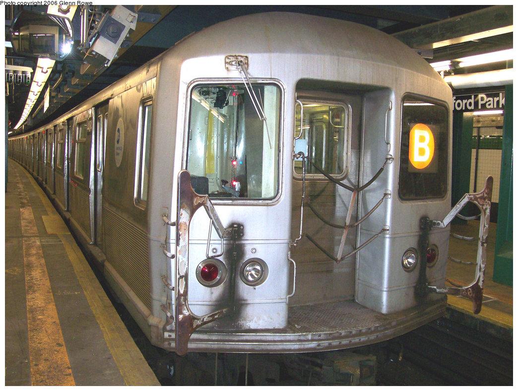 (282k, 1044x788)<br><b>Country:</b> United States<br><b>City:</b> New York<br><b>System:</b> New York City Transit<br><b>Line:</b> IND Concourse Line<br><b>Location:</b> Bedford Park Boulevard <br><b>Route:</b> B<br><b>Car:</b> R-40M (St. Louis, 1969)  4484 <br><b>Photo by:</b> Glenn L. Rowe<br><b>Date:</b> 12/14/2006<br><b>Viewed (this week/total):</b> 0 / 2325