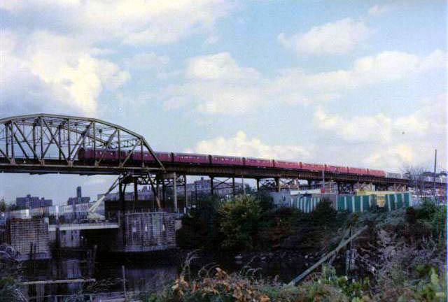 (58k, 640x432)<br><b>Country:</b> United States<br><b>City:</b> New York<br><b>System:</b> New York City Transit<br><b>Line:</b> IRT Pelham Line<br><b>Location:</b> Bronx River Bridge <br><b>Collection of:</b> Vic Gordon<br><b>Date:</b> 1989<br><b>Viewed (this week/total):</b> 0 / 946